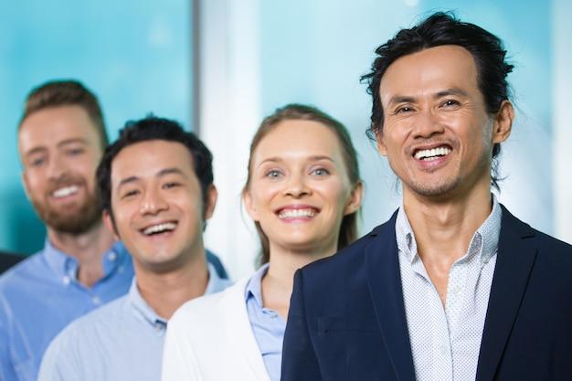 Vrolijke aziatische uitvoerende leidende mensen