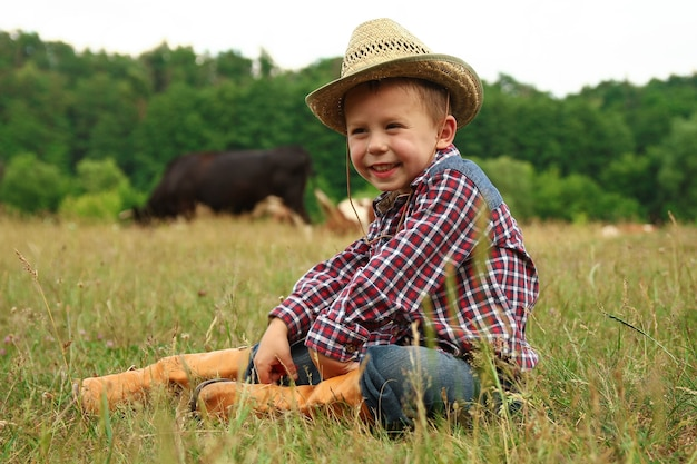 Vrolijke babycowboy in de natuur
