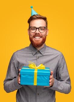 Vrolijke bebaarde man met de doos van de verjaardagsgift