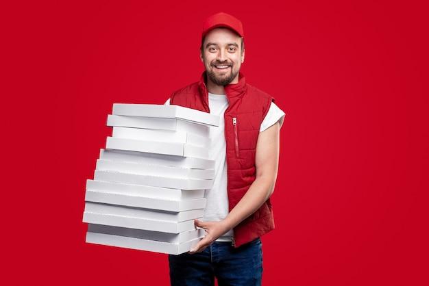Vrolijke bezorger met pizzadozen