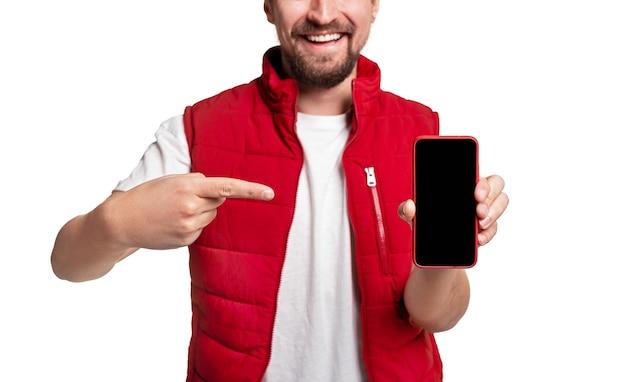 Vrolijke bezorger wijzend op smartphone