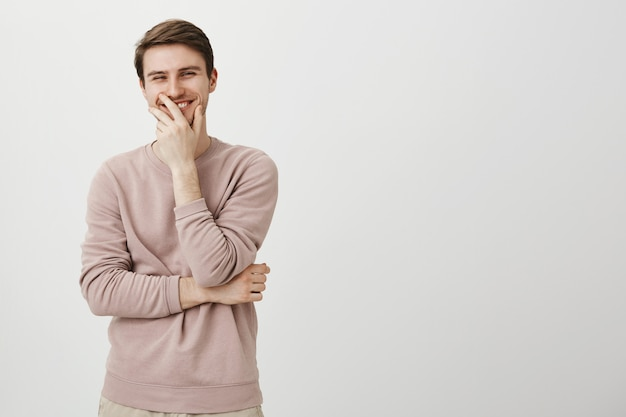 Vrolijke blanke man lachen en glimlachen