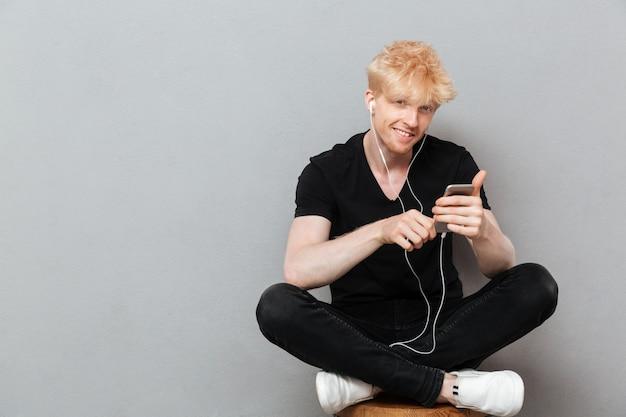 Vrolijke blanke man luisteren muziek