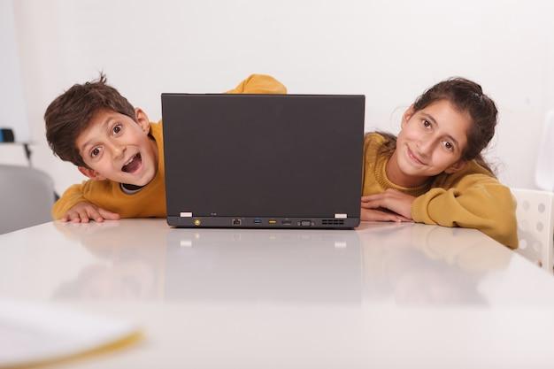 Vrolijke broer en zus glimlachen naar de camera