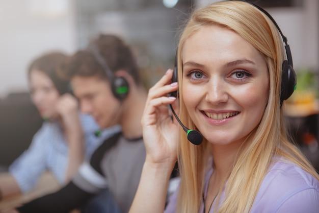 Vrolijke call centreexploitant op het werk