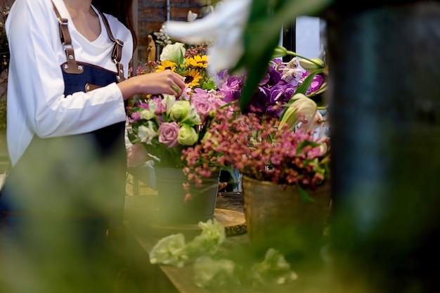 Vrolijke charmante bedrijfseigenaar bloem winkel winkel bloemist permanent
