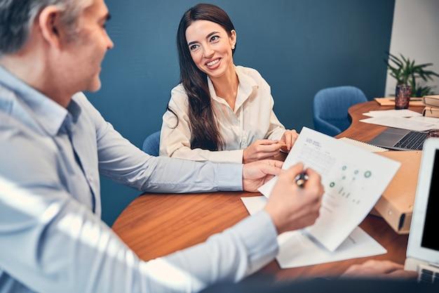 Vrolijke collega op kantoor tijdens bedrijfsvergadering