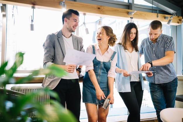 Vrolijke collega's die werkplannen bespreken tijdens onderbreking