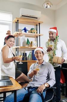 Vrolijke collega's met kerstfeest