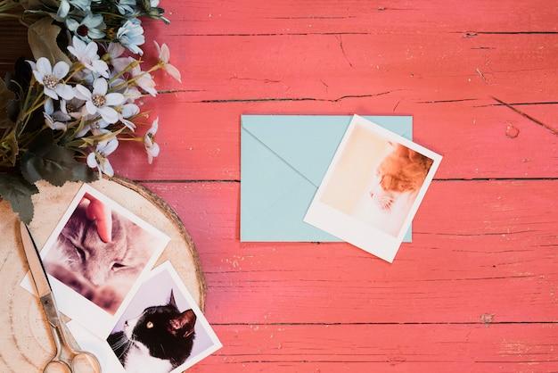 Vrolijke compositie met foto's en blauwe envelop