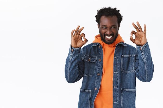 Vrolijke, creatieve en zelfverzekerde jonge homoseksuele afro-amerikaanse man heeft alles onder controle, showparty is geweldig