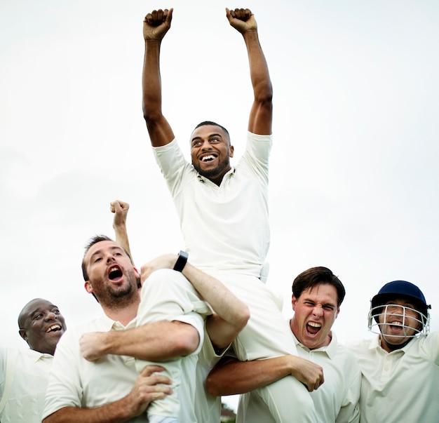 Vrolijke cricketspelers die hun overwinning vieren