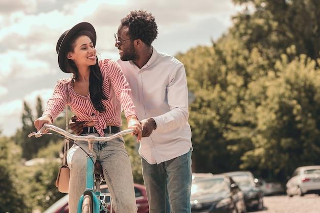 Vrolijke dame op de fiets lacht naar haar vriendje. websitebanner