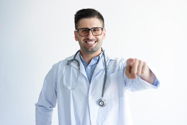 Vrolijke dokter die voor jou kiest