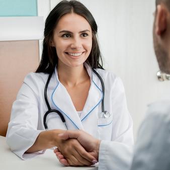 Vrolijke doktershandshaking