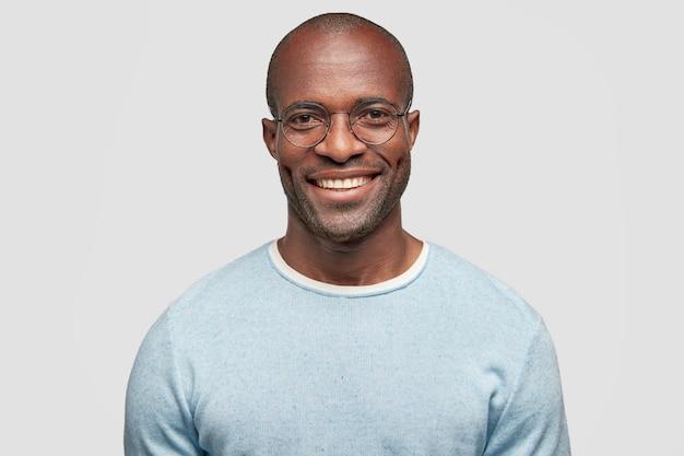 Vrolijke donkere huid man van middelbare leeftijd met glanzende glimlach