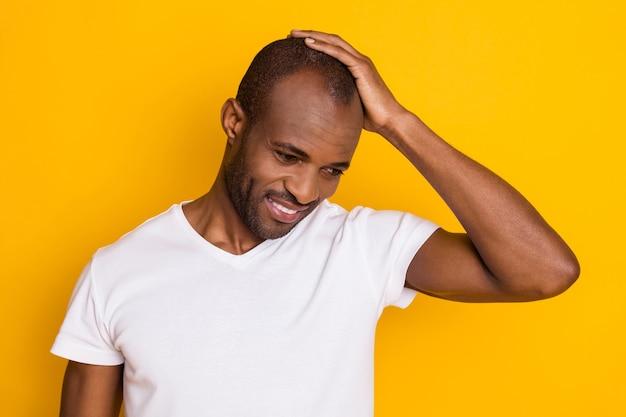 Vrolijke dromerige afrikaanse man raakt kaal hoofd kapperszaak bezoek promo