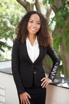 Vrolijke elegante zakenvrouw in pak
