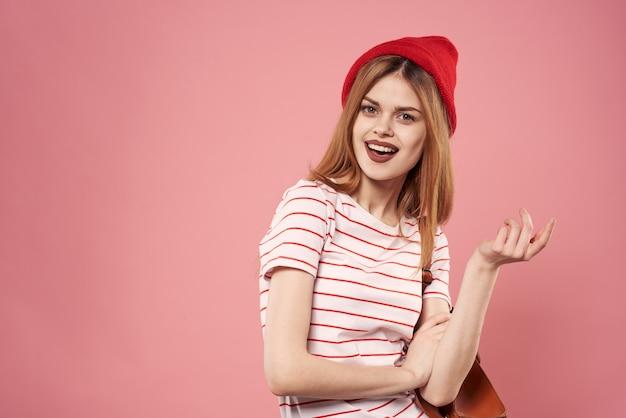 Vrolijke emotionele vrouw mode studio leuke roze achtergrond
