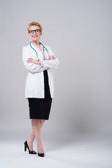 Vrolijke en professionele jonge dokter