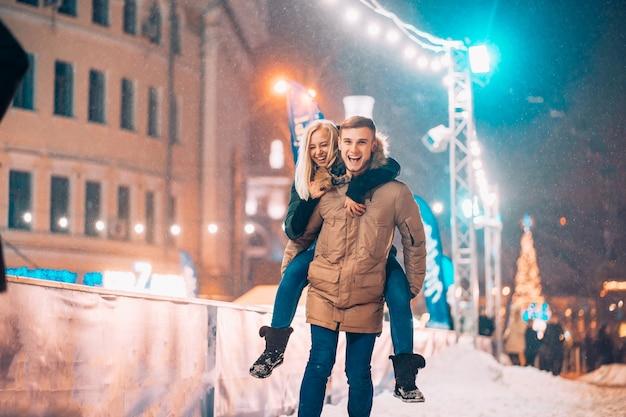 Vrolijke en speelse paar in warme winter outfits zijn gek rond