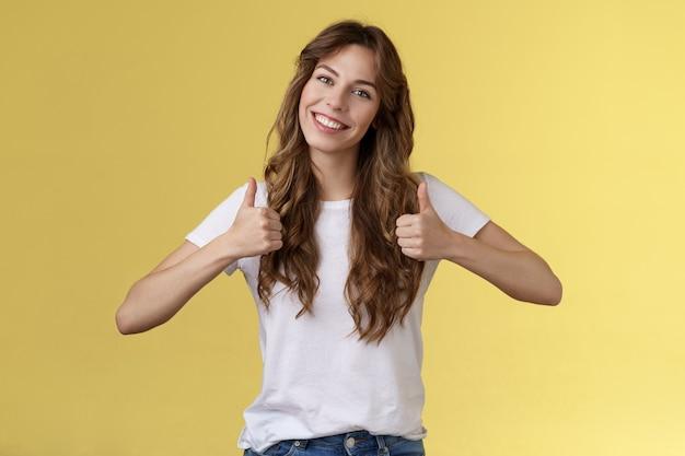 Vrolijke enthousiaste jonge vrouw steun lgbtq trots geven thumbsup tilt hoofd goedkeuring als gebaar...