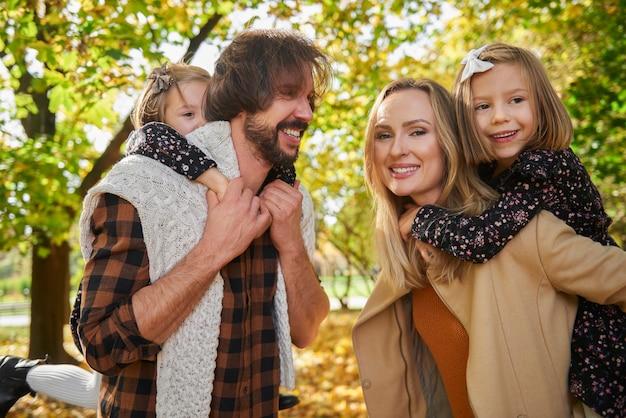 Vrolijke familie die actief tijd doorbrengt
