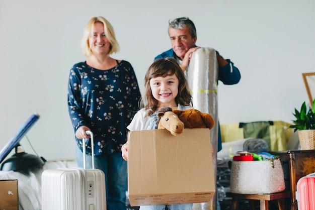 Vrolijke familie die zich in een nieuw huis beweegt
