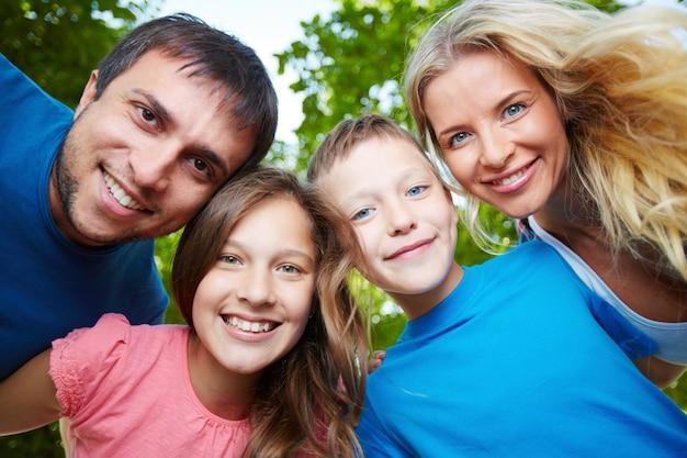 Vrolijke familie genieten van de buitenlucht