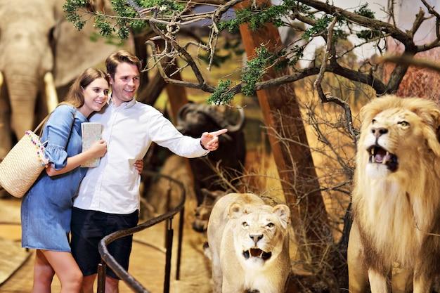 Vrolijke familie in natuurmuseum