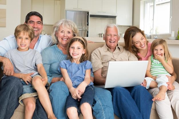 Vrolijke familie met laptop in de woonkamer