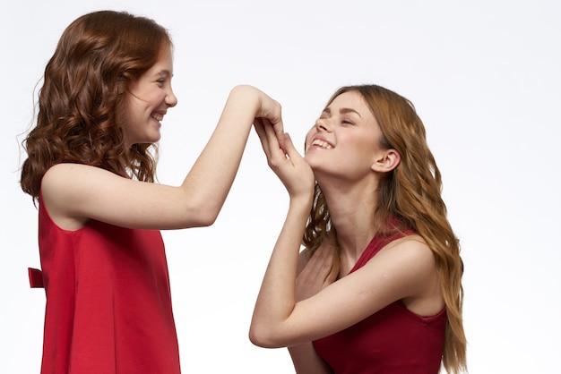 Vrolijke familie plezier moeder dochter emoties licht