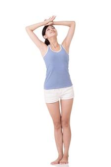 Vrolijke fitness meisje permanent en poseren, volledige lengte portret op witte achtergrond.