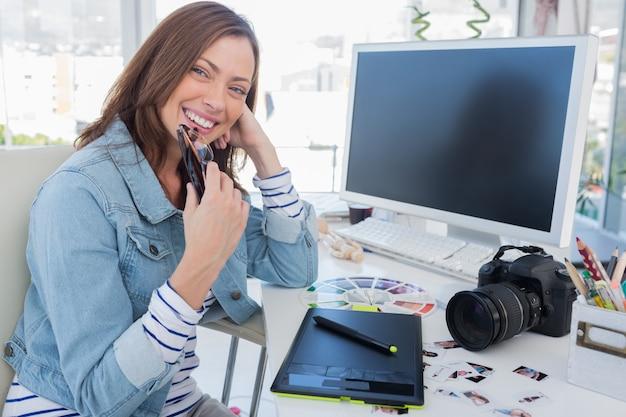 Vrolijke fotoredacteur met een grafische tablet