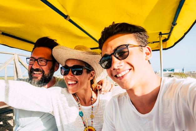 Vrolijke gelukkige familie veel plezier samen in outdoor vrijetijdsbesteding lachen en glimlachen