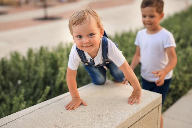 Vrolijke gelukkige kinderen op een wandeling in het park