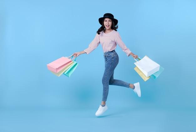 Vrolijke gelukkige thaise aziatische vrouw die van winkelen geniet