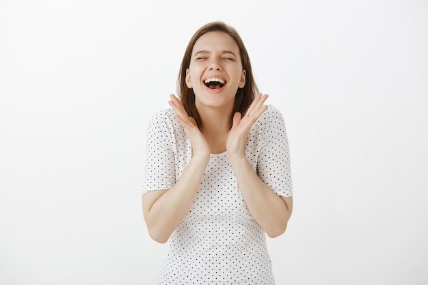 Vrolijke gelukkige vrouw die groot nieuws viert, in handen klapt en van vreugde lacht