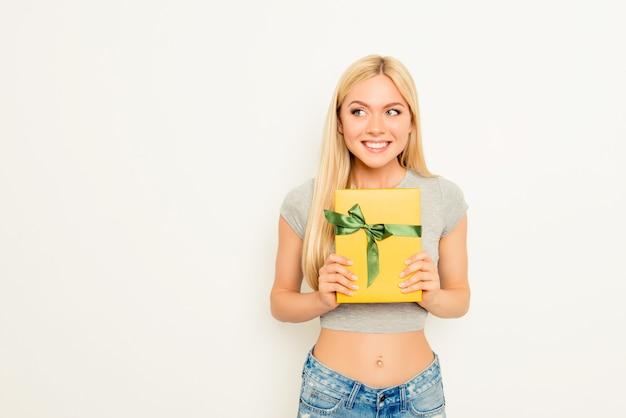 Vrolijke gelukkige vrouw met de slanke gift van de buikholding