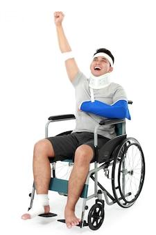 Vrolijke gewonde jonge man steekt zijn hand op