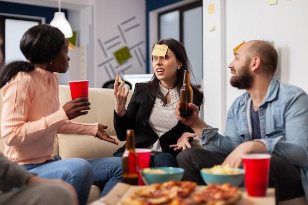 Vrolijke groep collega's die genieten van een spelletje charades