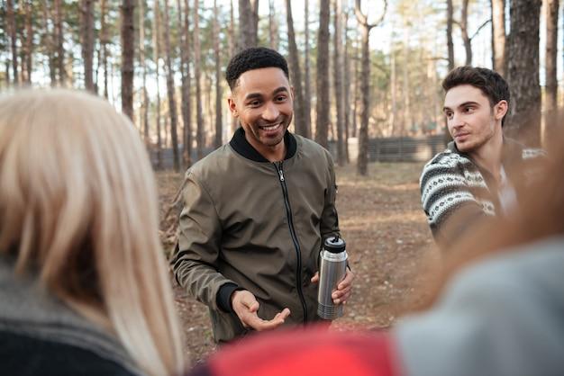 Vrolijke groep vrienden buiten in het bos