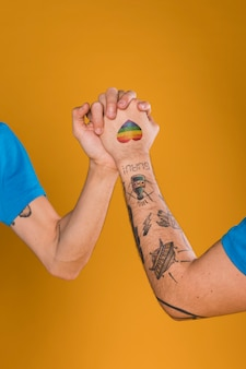 Vrolijke handen bij elkaar gehouden