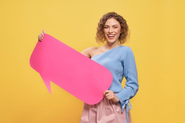 Vrolijke het document van de meisjesholding roze lege toespraakbel.