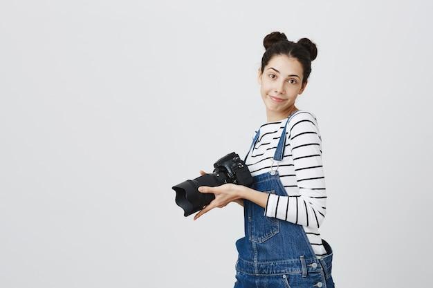 Vrolijke hipster meisje fotograferen op camera, fotograferen
