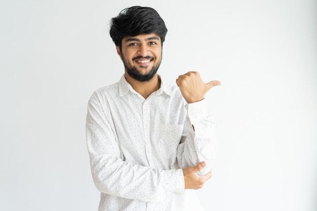 Vrolijke indische kerel die nieuw product of de dienst adviseert.