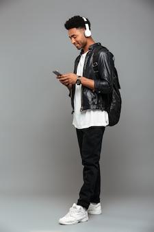 Vrolijke jonge afro-amerikaanse man