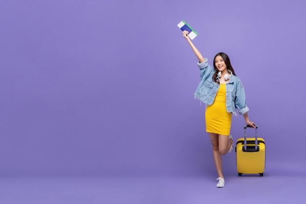 Vrolijke jonge aziatische vrouwentoerist klaar om te vliegen