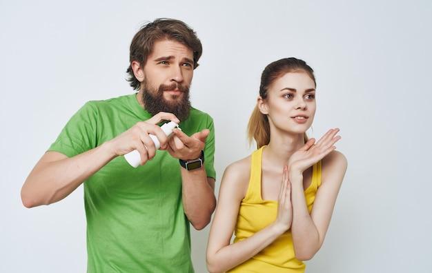 Vrolijke jonge communicatie van paar t-shirts huidverzorging