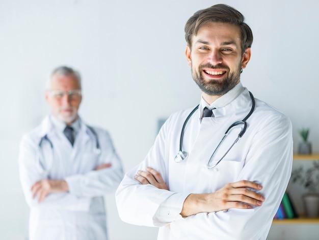 Vrolijke jonge dokter in office